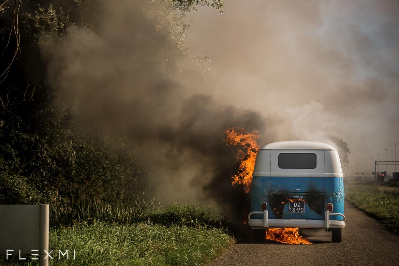 Trouwauto vliegt in de brand na de fotoshoot