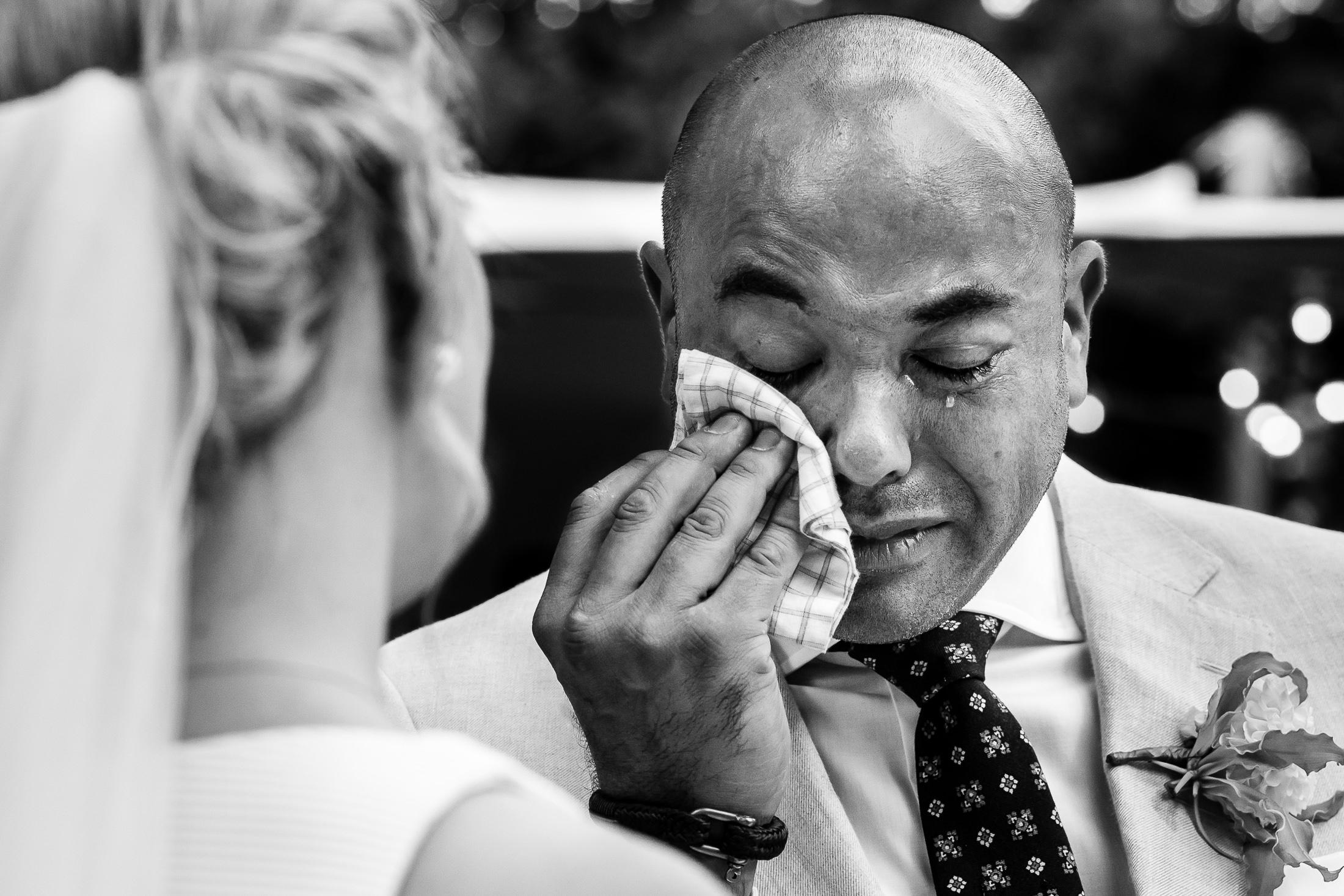 Bruidegom leest geëmotioneerd zijn trouwgelofte uit