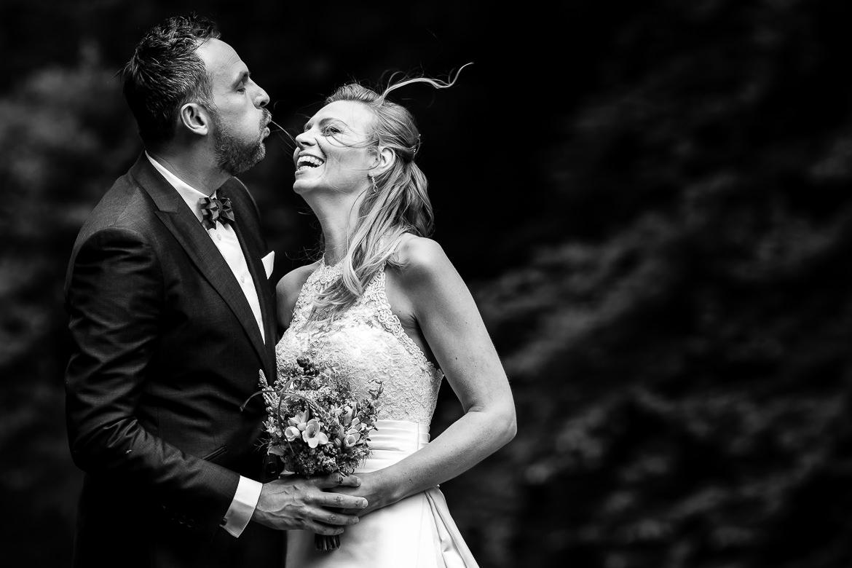 Bruidspaar poseert tijdens de fotoshoot