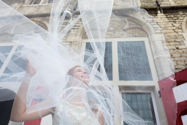De sluier van de bruid vliegt omhoog