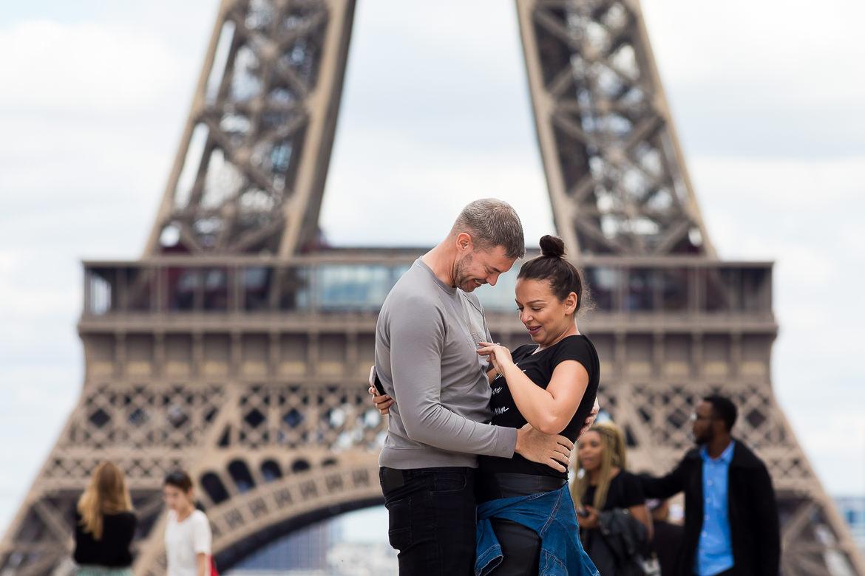Vrouw wordt ten huwelijk gevraagd voor de Eiffeltoren