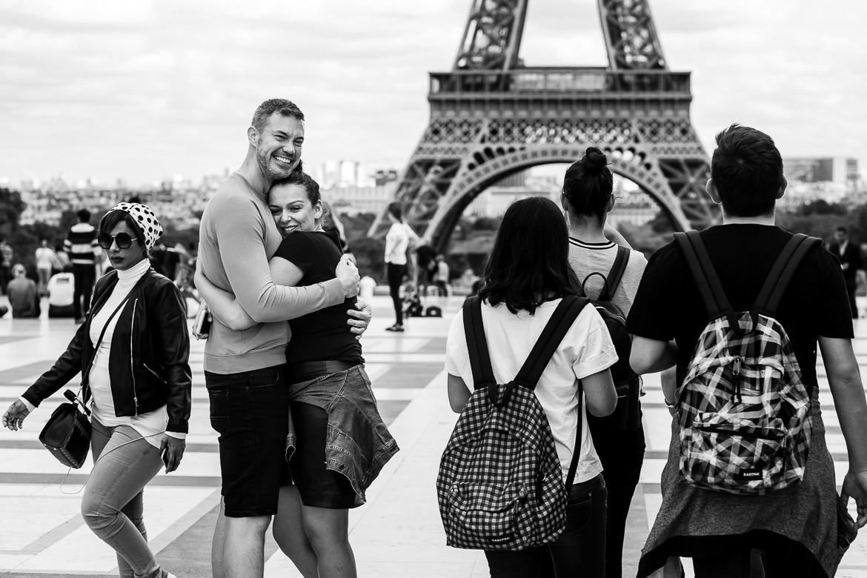 Aanstaand bruidspaar knuffelt elkaar na huwelijksaanzoek voor eiffeltoren
