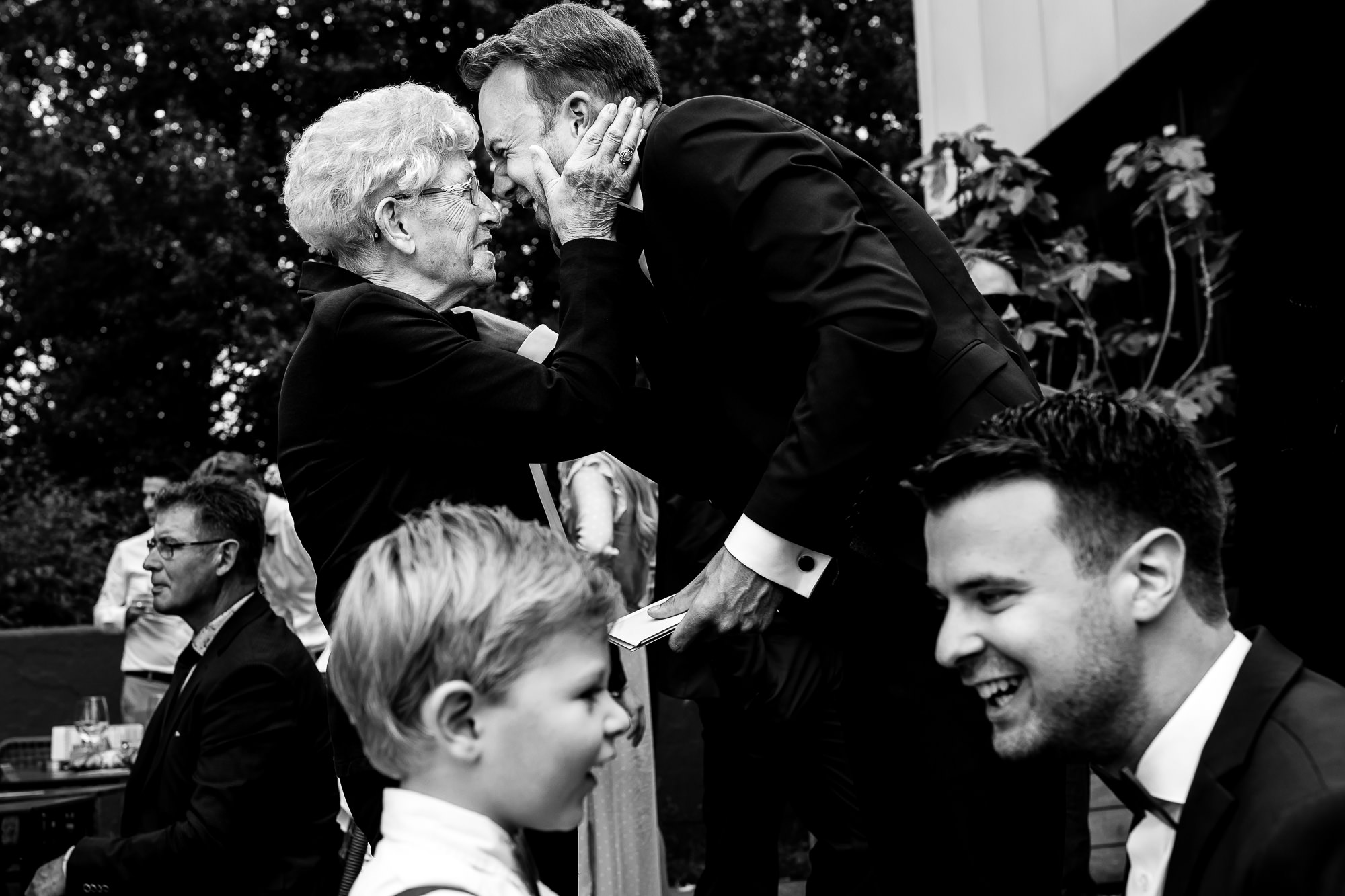 Bruidegom knuffelt zijn oma