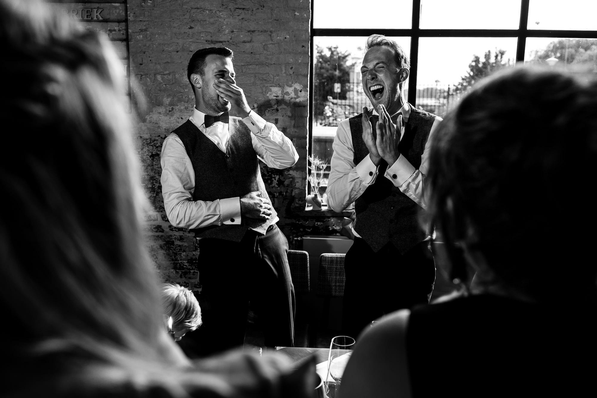 Bruidegommen liggen beiden helemaal in een deuk