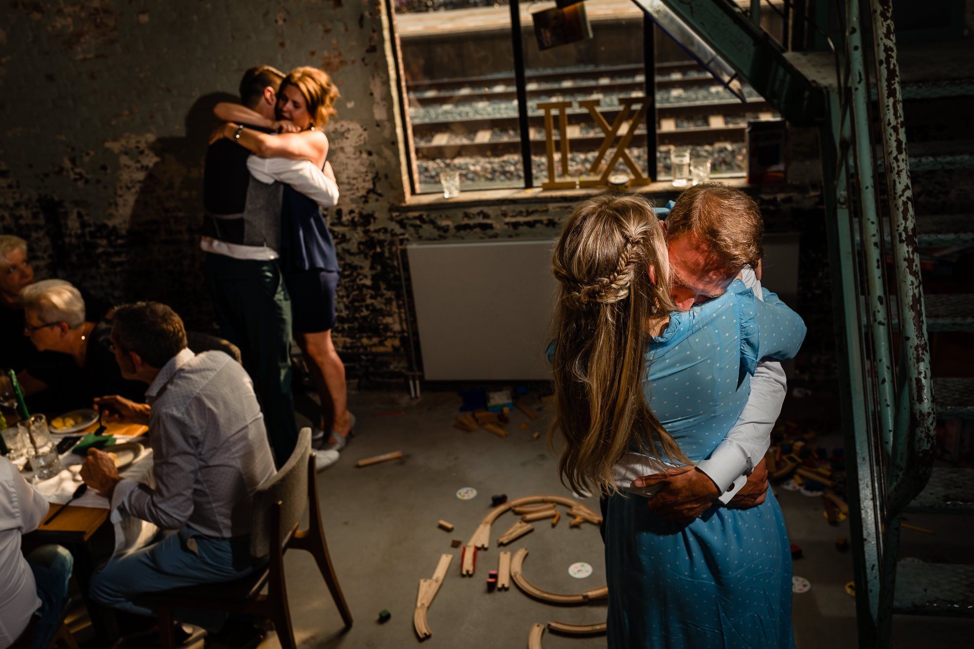 Bruidegommen knuffelen beiden tegelijk hun vriendinnen