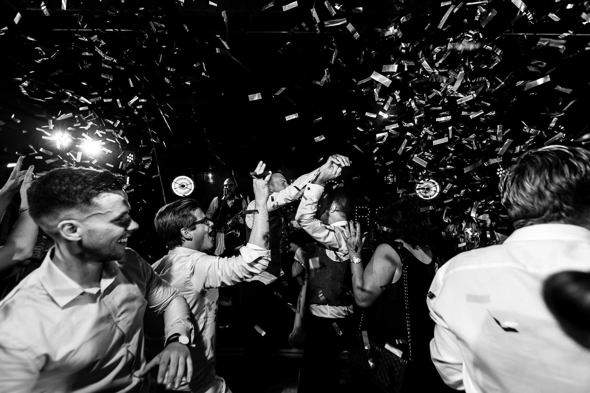 Confetti kanon tijdens de trouwfeest