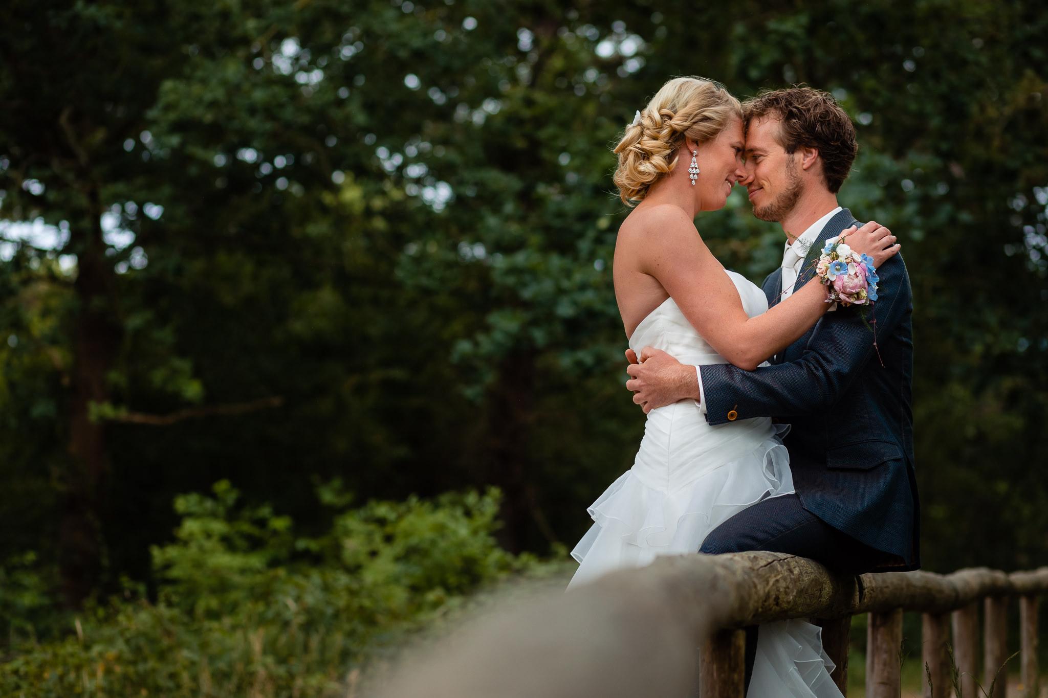 Bruidspaar in het bos tijdens de fotoshoot