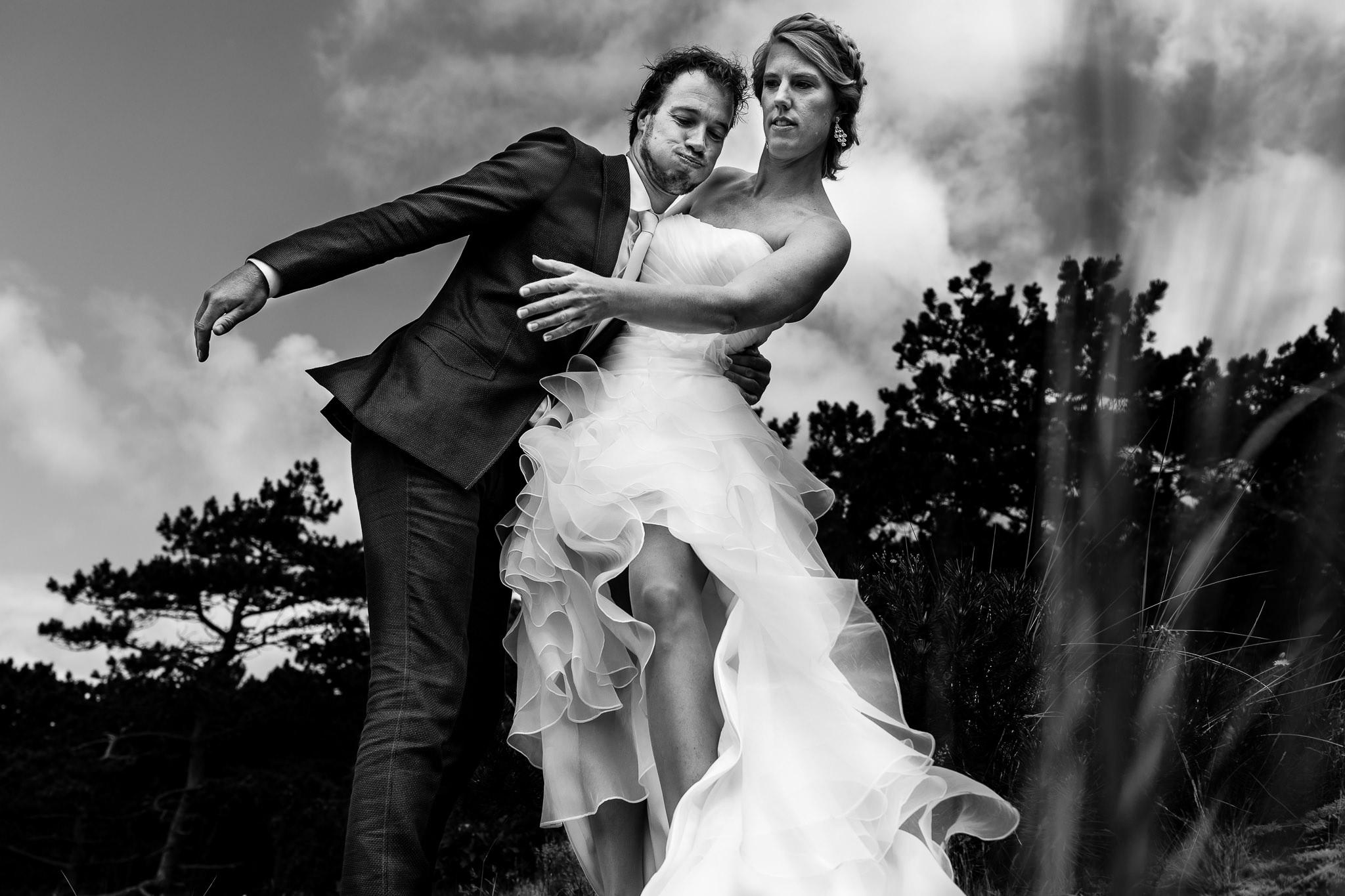 Bruidspaar valt om tijdens de fotoshoot