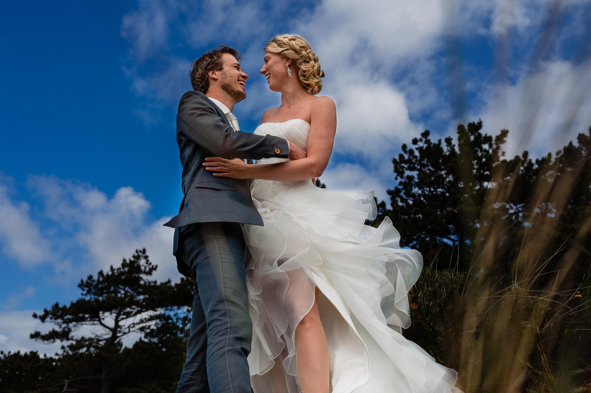 Bruidspaar geniet van de fotoshoot