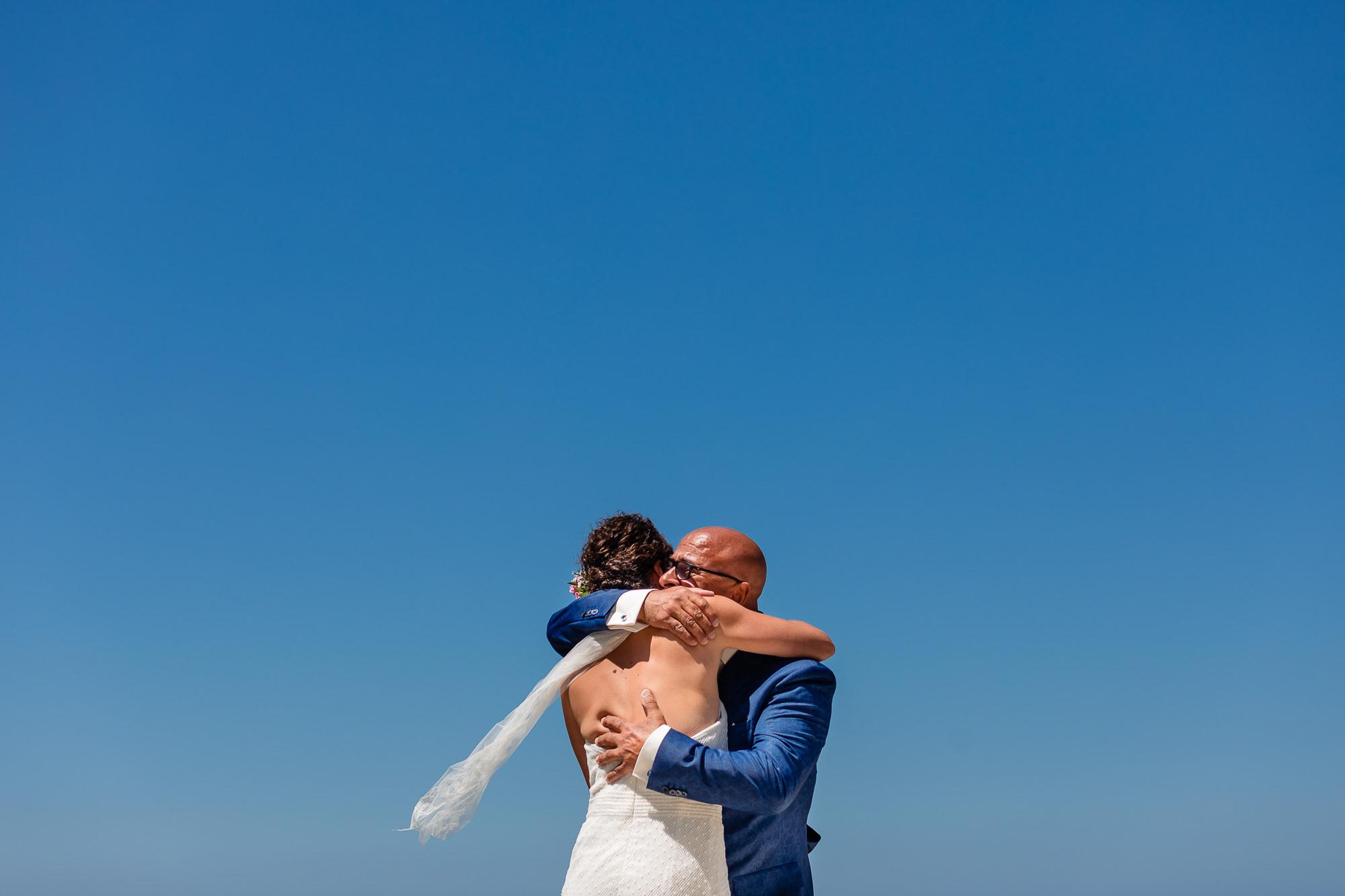 Emotioneel moment met vader van de bruid tijdens de first look