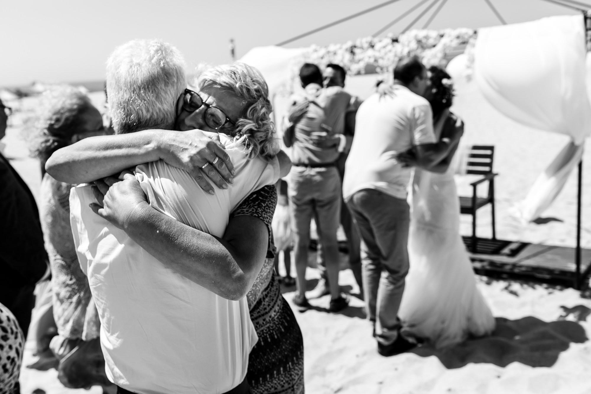 Drie koppels feliciteren elkaar na de trouwceremonie