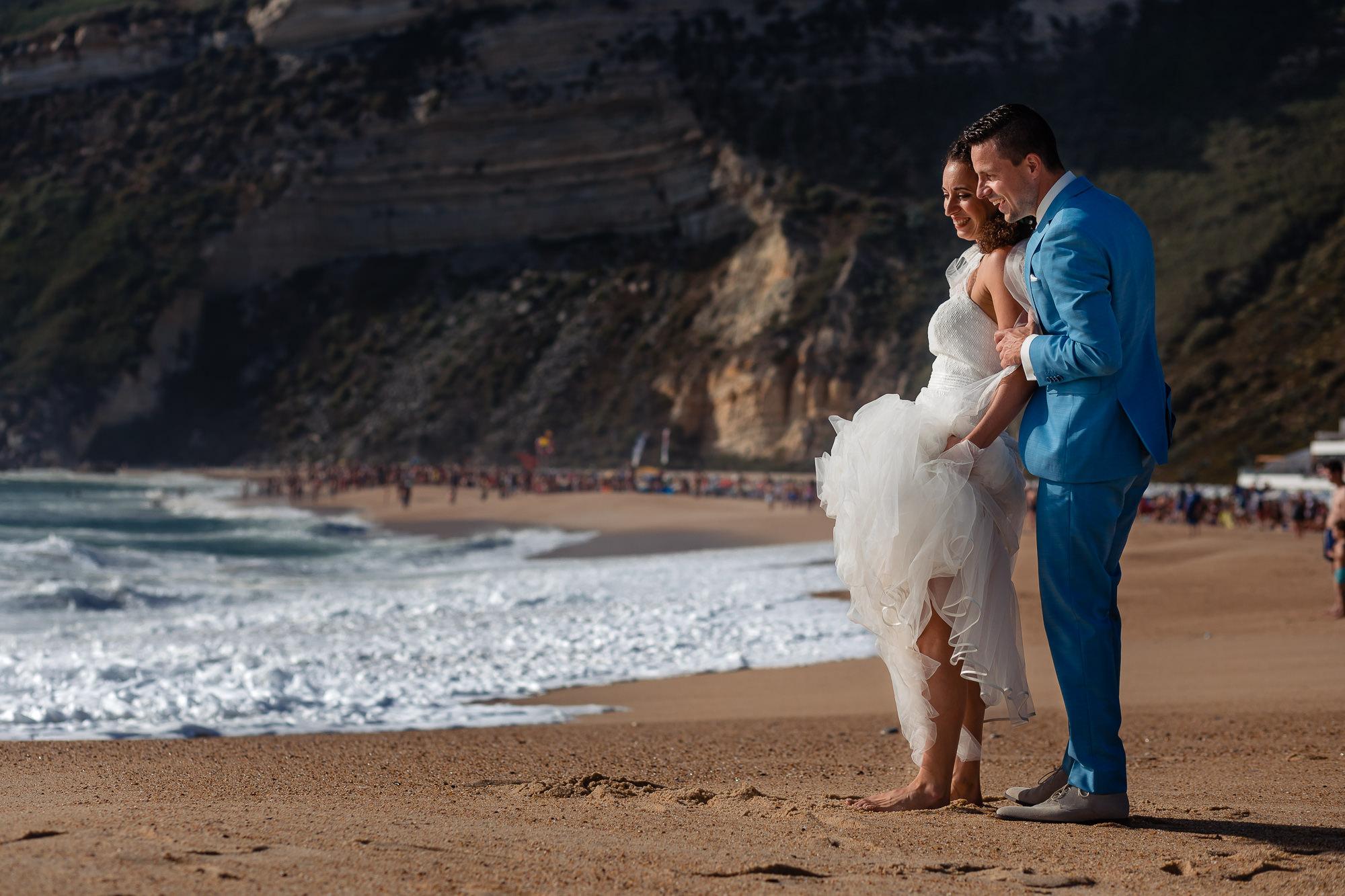 Bruidspaar op het strand van Nazare