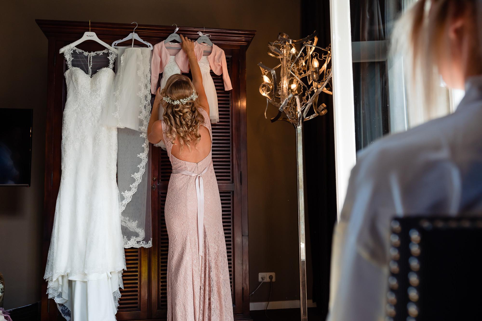 Bruid kijkt naar de trouwjurken