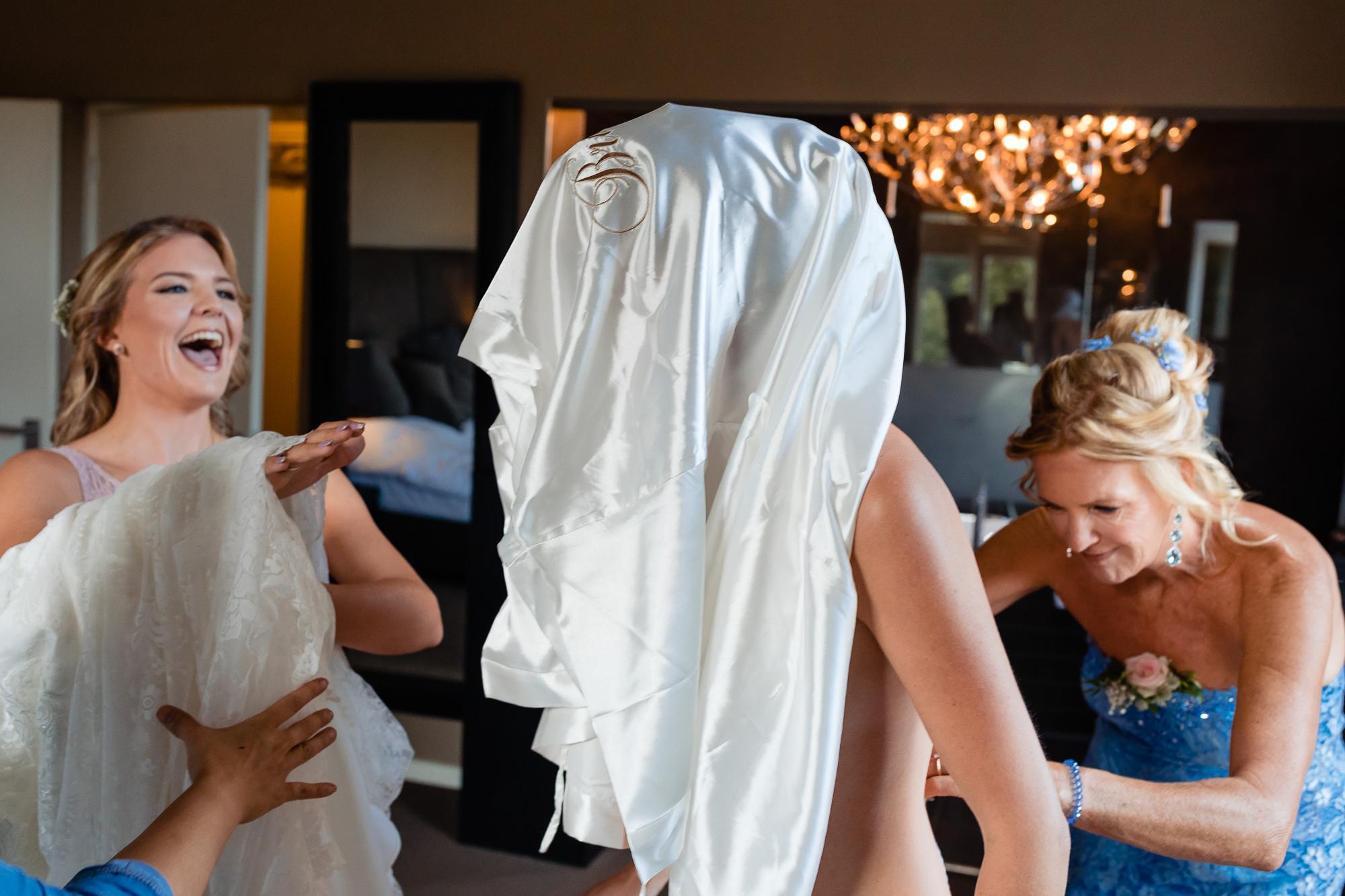 Humor tijdens het aantrekken van de trouwjurk