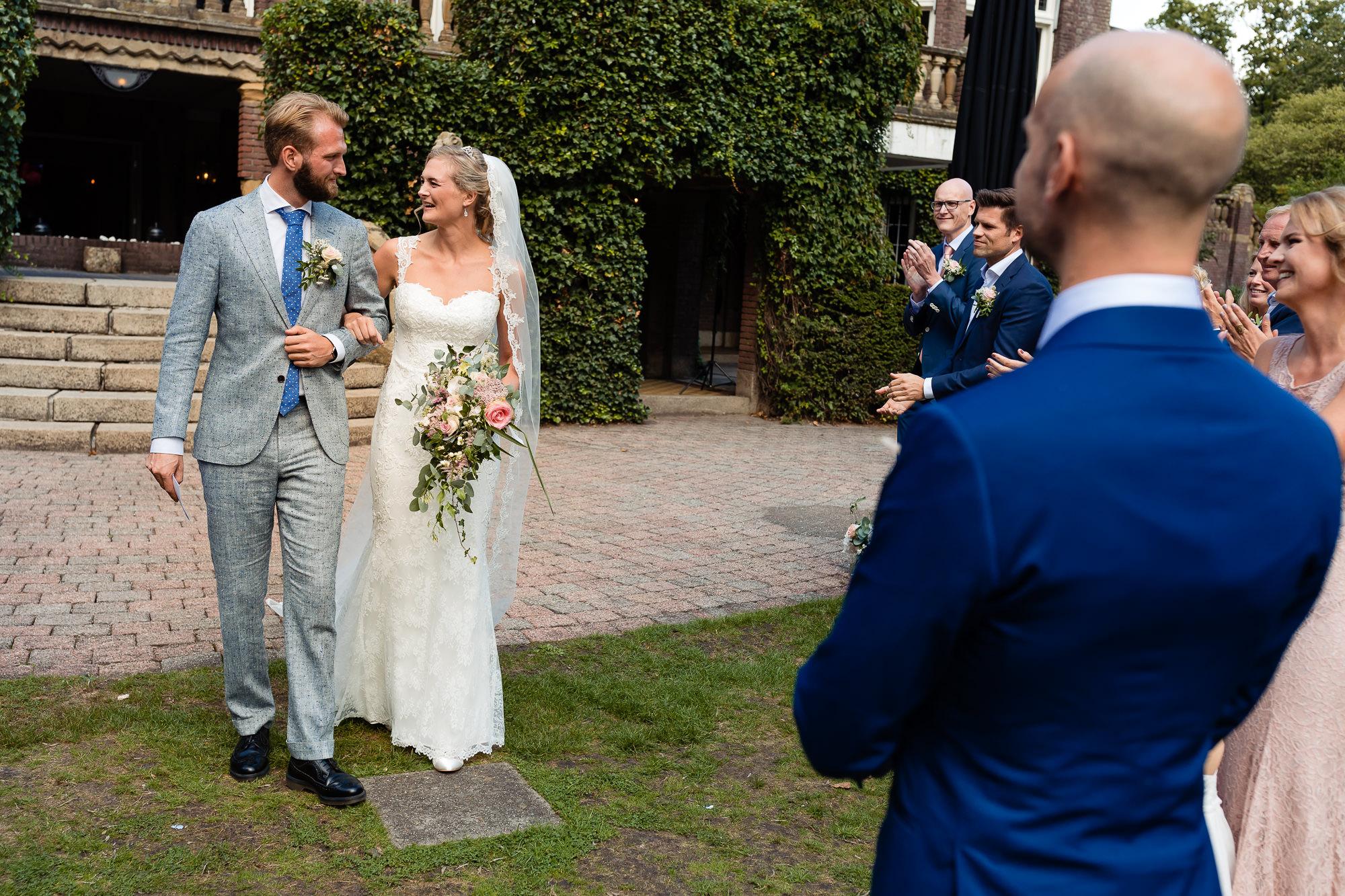 Bruid wordt weggegeven door d'r broer