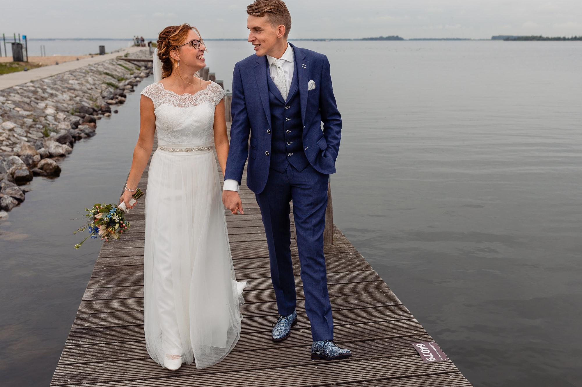 Bruidspaar loopt over een stijger in harderwijk