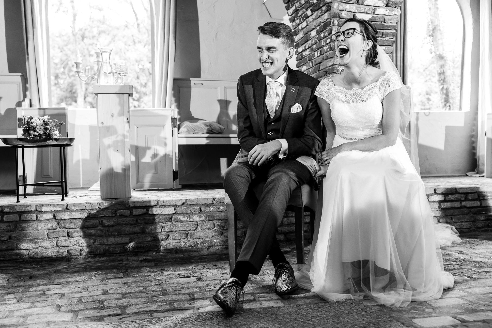 Bruidspaar lacht uitbundig tijdens de ceremonie