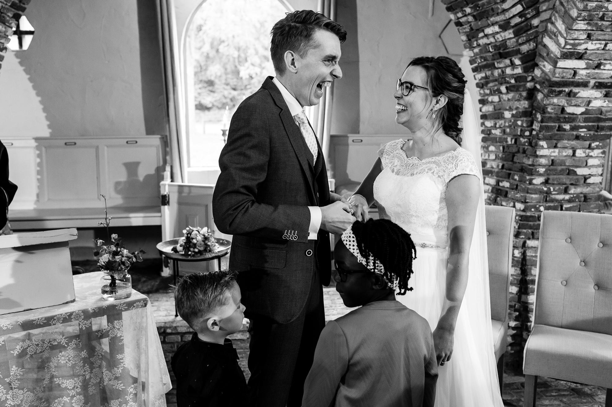 Bruidspaar schuift de ringen om bij elkaar met de bruidskinderen