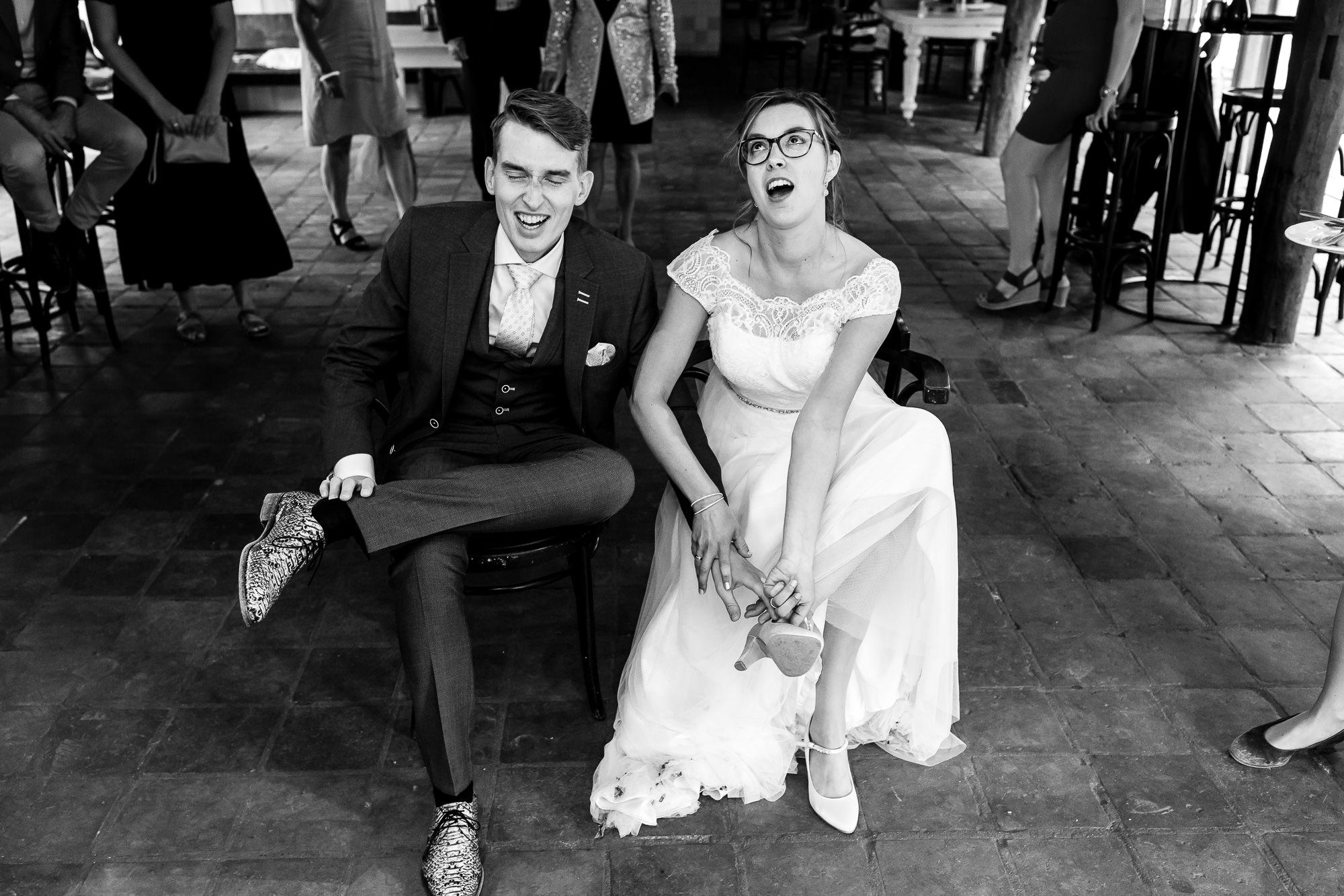 Bruid is blij dat haar trouwschoenen uit mogen