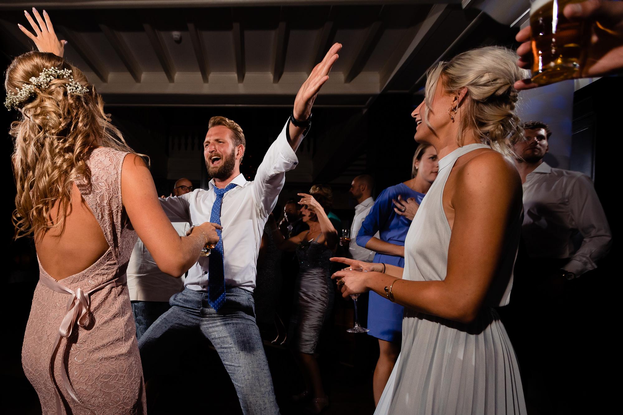 Broer van de bruid wild aan het dansen op het trouwfeest