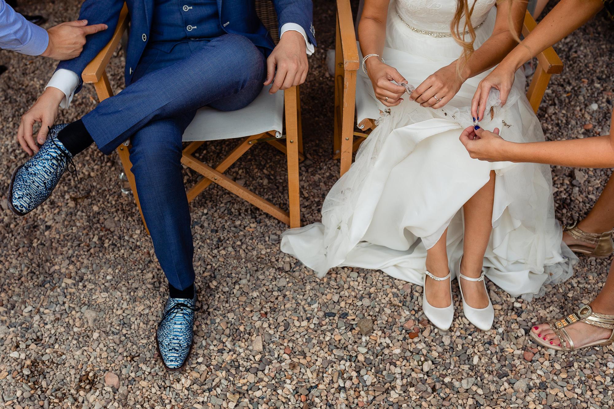 Bruidspaar wordt schoongemaakt terwijl ze zitten
