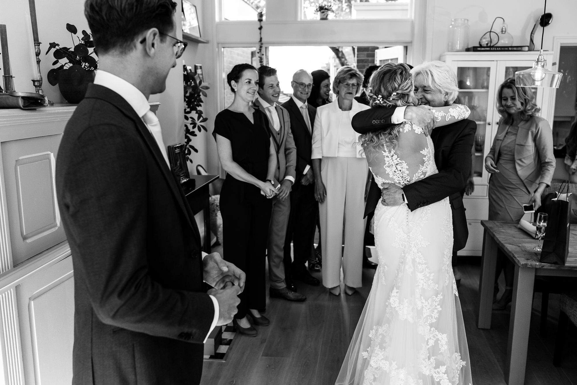 Eerste moment dat vader de bruid ziet