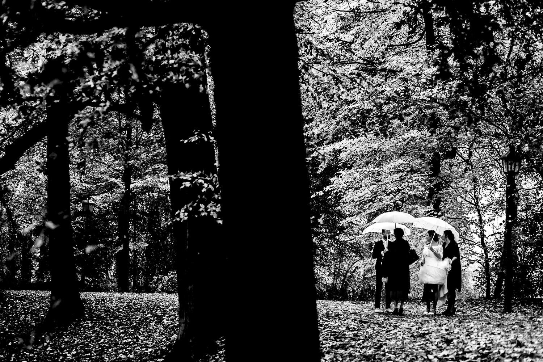 In de regen met paraplu voor de ceremonie