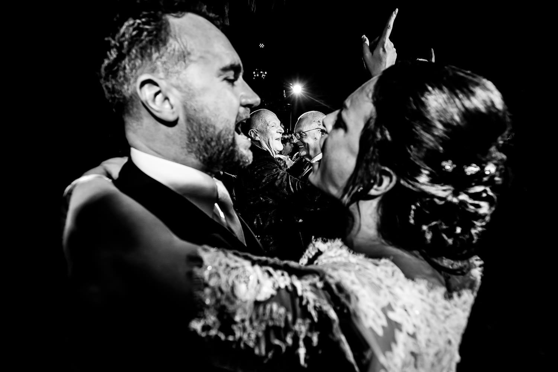 Bruid en bruidegom dans met vader