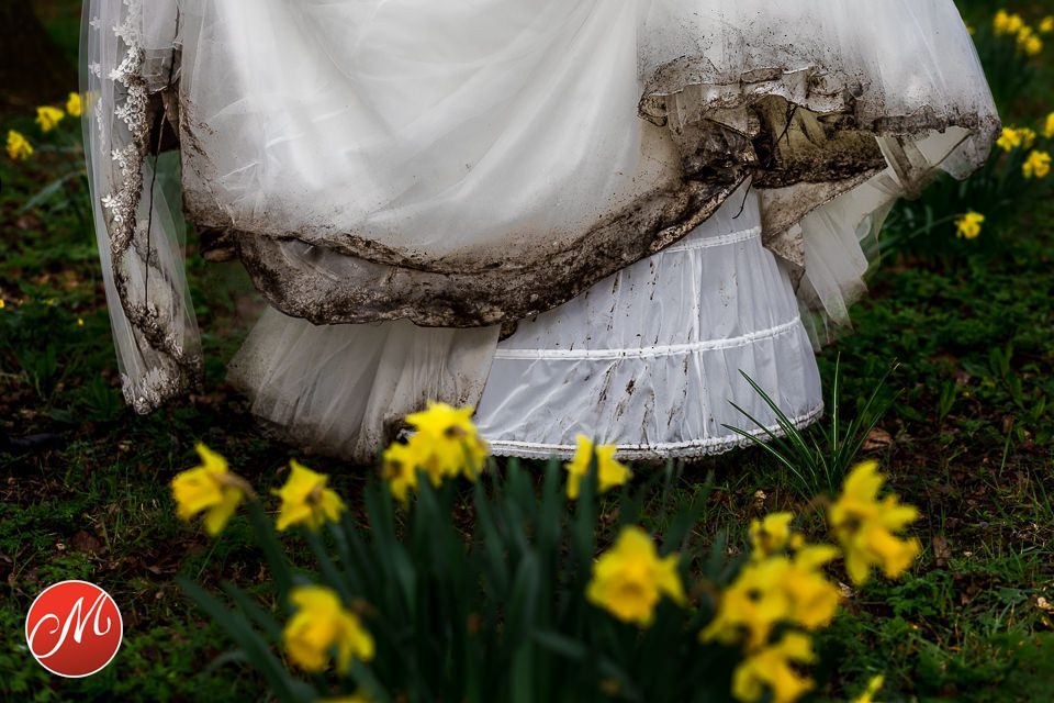 Vieze trouwjurk met bloemen op de voorgrond