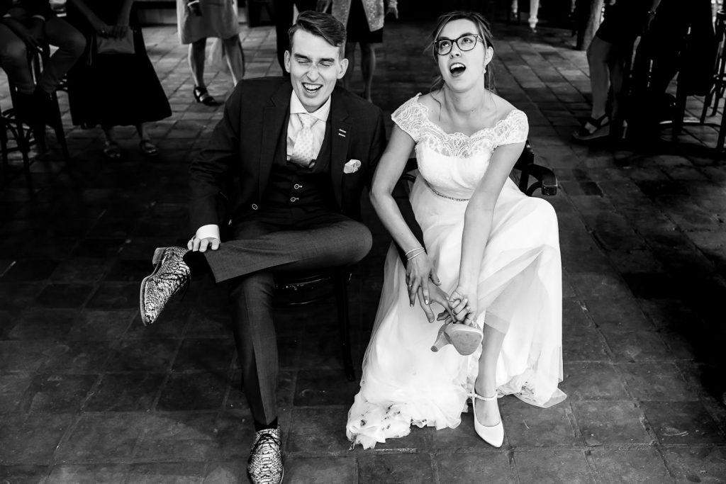 Bruidspaar trekt schoenen uit
