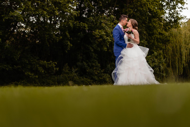 Bruidspaar knuffelt elkaar tijdens de fotoshoot