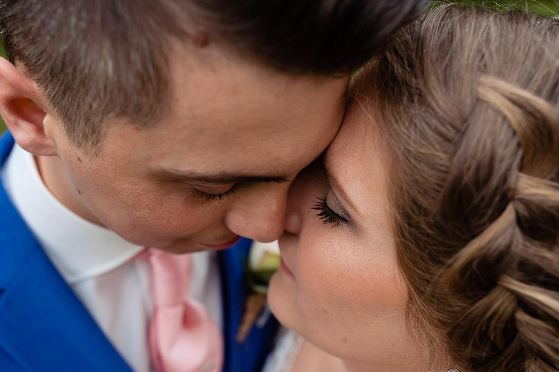 Closeup van een Bruidspaar die tegen elkaar aan staan