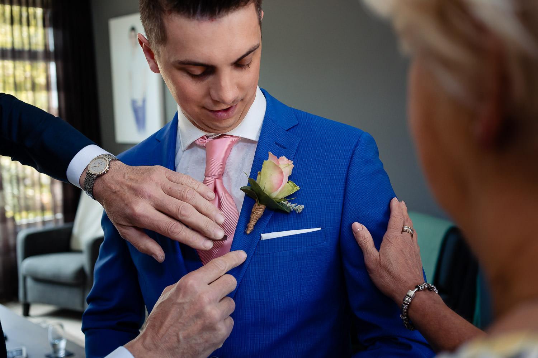 Ouders van de bruidegom helpen met de voorbereidingen