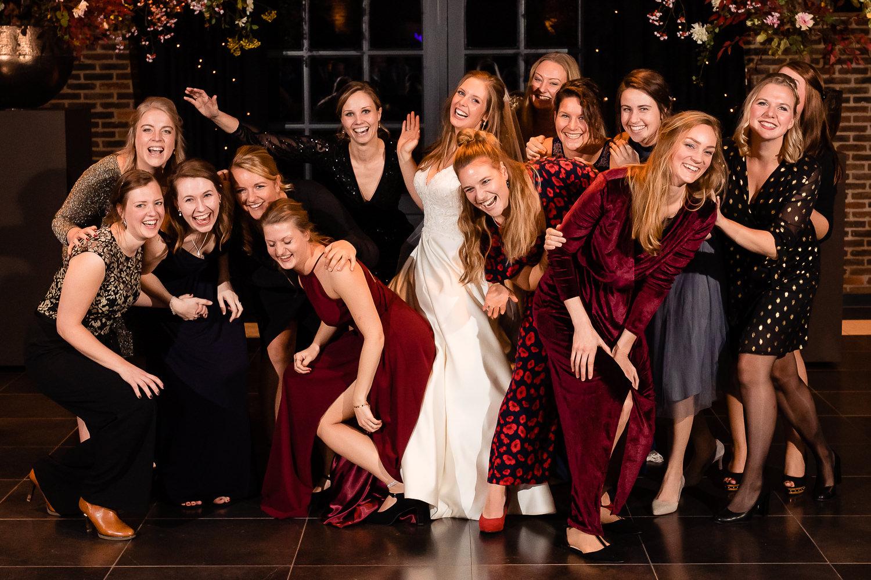 Groepsfoto's vrouwen op een bruiloft
