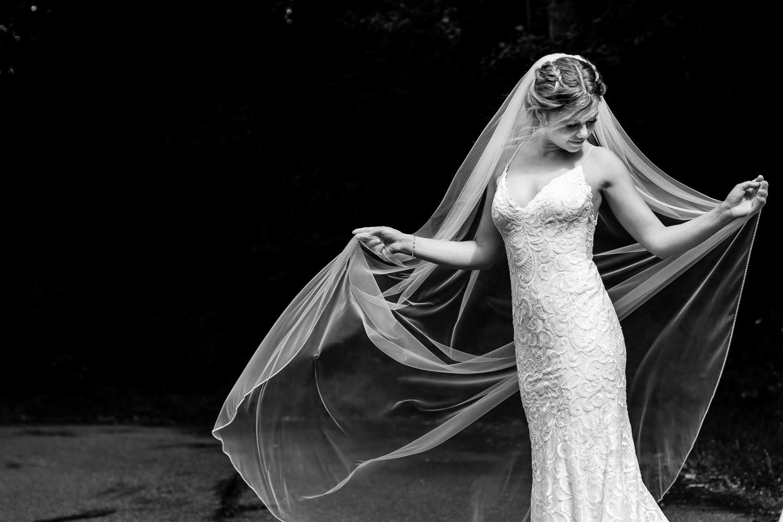 Bruid poseert met haar sluier
