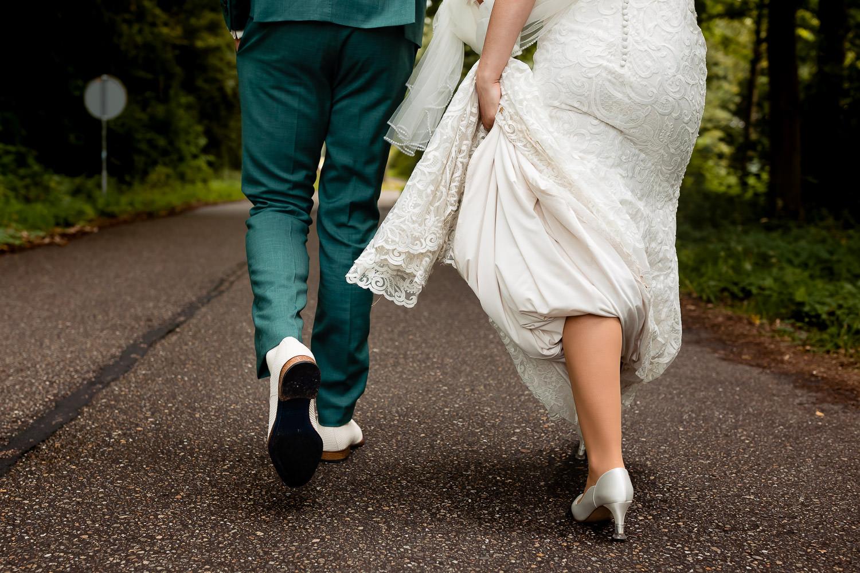 Foto van het bruidspaar en hun schoenen