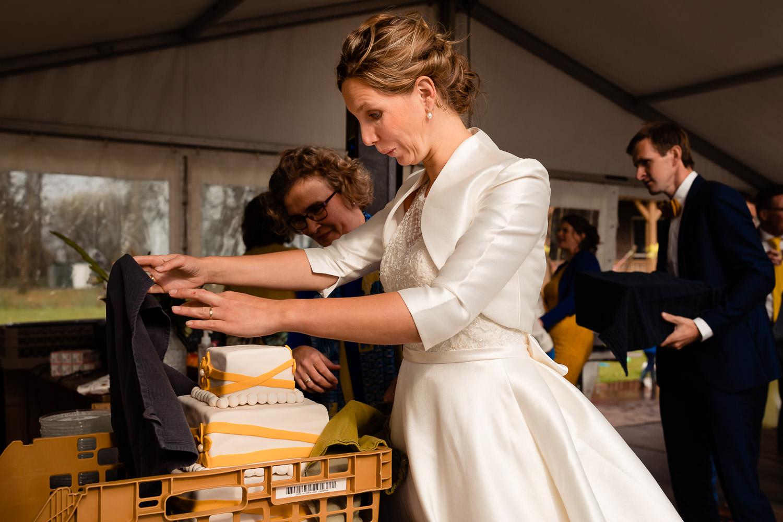 Bruid kijkt verast naar bruidstaart