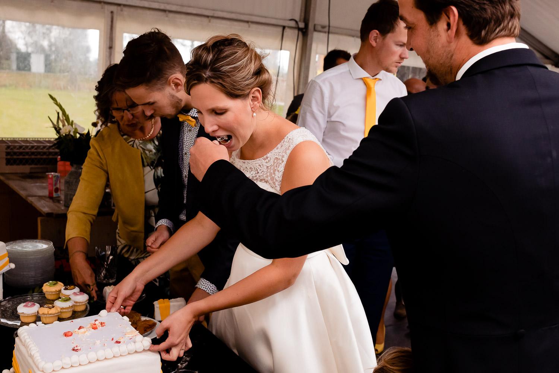 Bruidegom geeft bruid een stukje taart